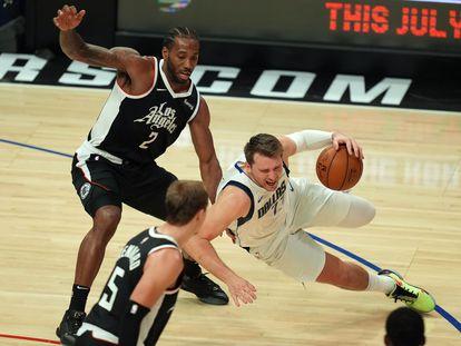 Doncic resbala en una acción ante Leonard durante el séptimo duelo entre Clippers y Dallas.