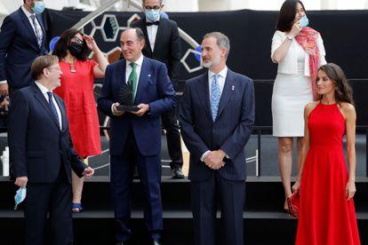 El rey Felipe VI y la reina Letizia, con Ximo Puig y el premiado Ignacio Galán, en Valencia.