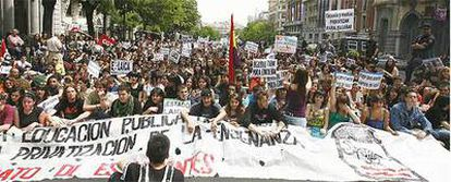 Miles de jóvenes -15.000 según los convocantes y 1.000 según la policía- han participado en la protesta de esta mañana.