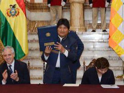El presidente de Bolivia, Evo Morales (c), promulgó la Ley de Promoción de Inversiones que ofrece incentivos a las empresas y establece que las controversias con los inversores se deben resolver solo en los tribunales bolivianos. ABI