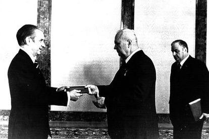 Samaranch, primer embajador español en la URSS, y el vicepresidente del Parlamento, Ivan Poliatov, en 1977.