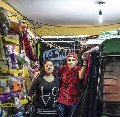 Margarita López y su hijo Kevin Iván, comerciantes de dulces en Iztapalapa, en Ciudad de México.