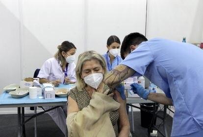 Una mujer se vacuna en el pabellón de la Casilla en Bilbao, este miércoles.