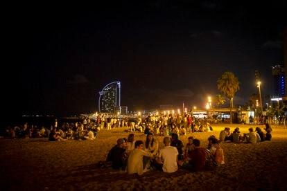 Botellón en la playa desalojado por la policía de Barcelona.
