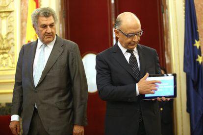 El ministro de Hacienda, Cristóbal Montoro (a la derecha), entrega al presidente del Congreso, Jesús Posada, el proyecto de ley de Presupuestos Generales del Estado para 2015