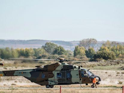 Helicóptero NH90 del Ejército de Tierra español repostando en la base de Agoncillo (La Rioja).