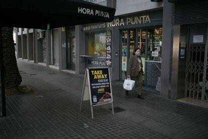 Un establecimiento junto al centro comercial L'Illa Diagonal, anunciando comida para llevar.