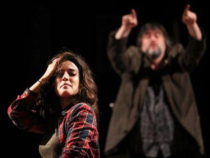 Inma Cuesta y, al fondo, el director Andrés Lima en un ensayo de 'Ay Carmela'.