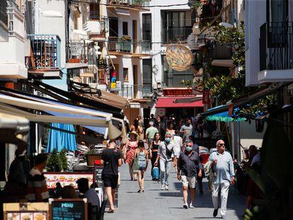 Vecinos en un paseo peatonal de Sitges, el jueves.