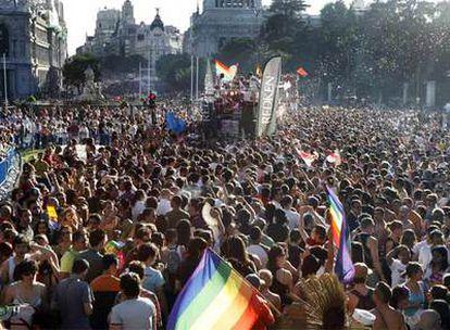 La manifestación del orgullo gay, a su paso por la plaza de Cibeles en Madrid.   / s. s.