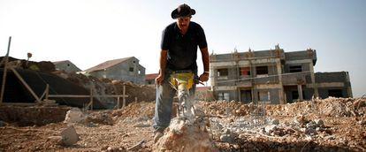 Un hombre trabaja en los cimientos de una casa en el asentamiento judío de Yaqir, en Cisjordania. La moratoria que impedía las construcciones en las colonias israelíes expiró la pasada medianoche.