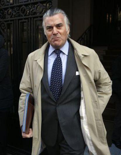 El extesorero del PP Luis Bárcenas sale de su casa el pasado enero.