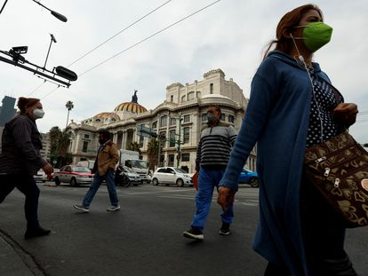 Varias personas caminan en el centro de la Ciudad de México este jueves.
