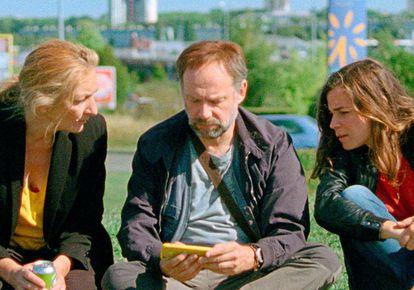 Desde la izquierda, Corinne Masiero, Denis Podalydès y Blanche Gardin, en 'Borrar el historial'.