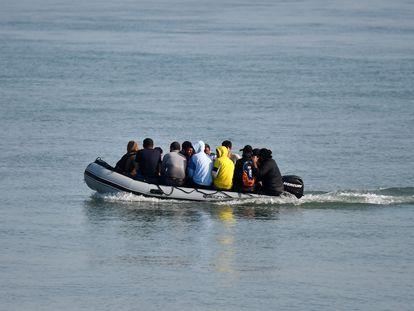 Un grupo de inmigrantes intenta llegar a la costa británica, a través del canal de la Mancha.