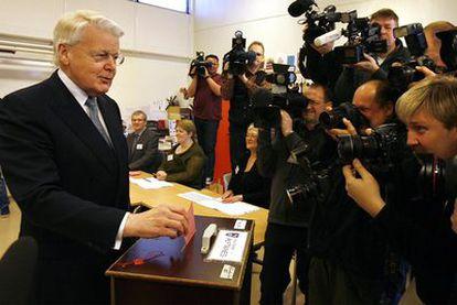 El presidente de Islandia, Ólafur Ragnar Grímsson, vota ante la expectación de numerosos medios gráficos en el referéndum celebrado hoy en su país. Los islandeses deciden si aceptan una ley para devolver a Reino Unido y Holanda las deudas derivadas de la quiebra del banco Icesave. La norma ya fue rechazada pr Grímsson el pasado enero.