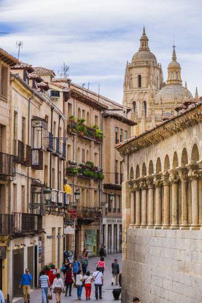 Una calle de Segovia con la catedral al fondo.