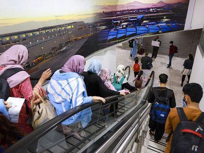Un grupo de 175 refugiados afganos, en su mayoría trabajadores de medios sociales, activistas, periodistas y sus familias, aterrizan en el Aeropuerto Internacional de la Ciudad de México, este martes