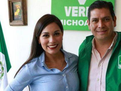 Maribel Barajas, junto con el dirigente del partido en Michoacán, Ernesto Núñez.