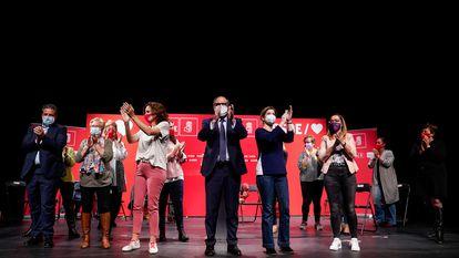 Ángel Gabilondo con parte de su candidatura al 4-M en un acto electoral en Parla (Madrid).