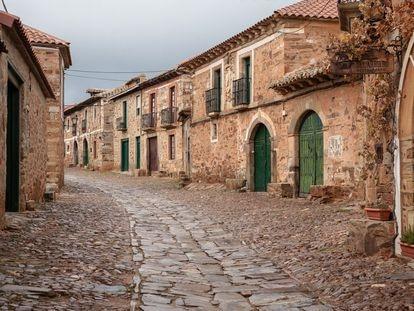 Una de las calles de Castrillo de los Polvazares (León), uno de los pueblos sin sucursal bancaria.