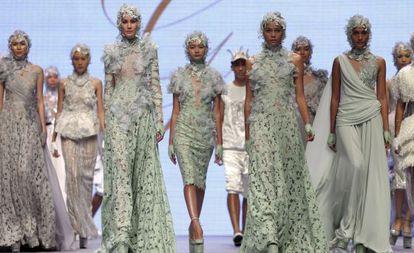 Desfile de modas del diseñador indonesio Ivan Gunawan.