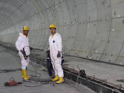 Dos operarios en plena construcción de una de las estaciones.