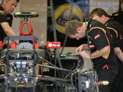 Los mecánicos de Lotus preparan el coche de Maldonado.