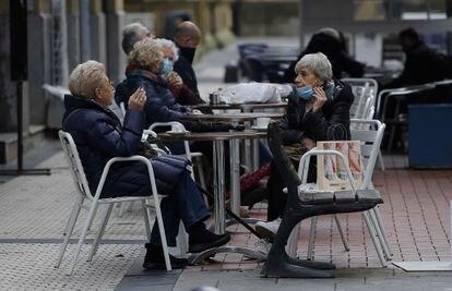 Dos personas ocupan la terraza de un bar, el domingo en San Sebastián (Gipuzkoa).