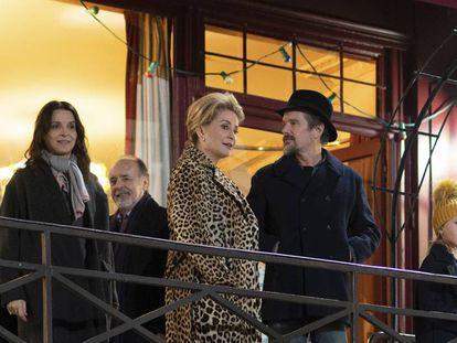 Juliette Binoche (izquierda), Catherine Deneuve y Ethan Hawke (con el sombrero), en un fotograma de 'La vérité'.