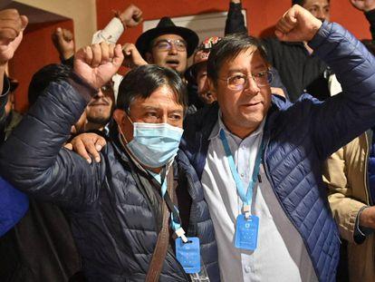 David Choquehuanca (izquierda), candidato a la vicepresidencia por el MAS, junto a Luis Arce, aspirante a la presidencia, la madrugada de este lunes.