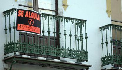 Un cartel anuncia el alquiler de una vivienda en el casco histórico de Sevilla.