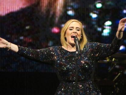 La cantante Adele en un concierto en Phoenix, Arizona (EE UU) en noviembre de 2016.