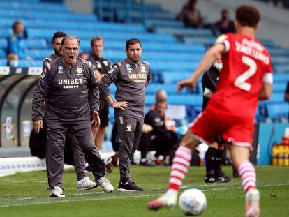 Bielsa, en la banda durante un partido del Leeds.