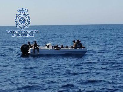 Migrantes argelinos a bordo de una patera rescatada tras dos días a la deriva en la costa de Almería.