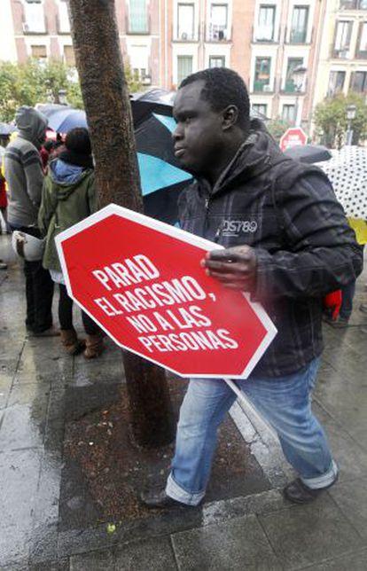 Un participante en una concentración en Lavapiés contra las identificaciones policiales racistas.