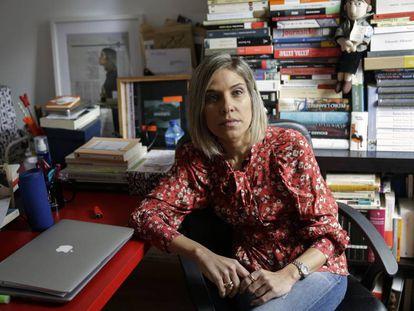La escritora Karina Sainz Borgo posa en su casa en Madrid.