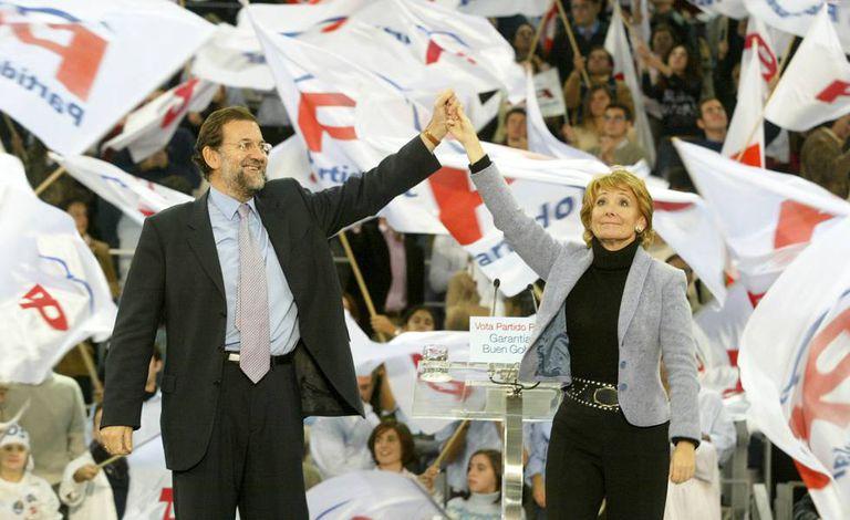 Esperanza Aguirre, en un mitin con Mariano Rajoy durante la campaña de las elecciones autonómicas en la Comunidad de Madrid de octubre de 2003.