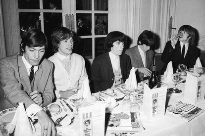 Charlie Watts, Mick Jagger, Bill Wyman, Keith Richards y Brian Jones, los Rolling Stones almorzando en el londinense Savoy Hotel, en septiembre de 1964. Ni a ellos les gustaría tener una comida sofisticada mientras suena su 'Brown sugar'.
