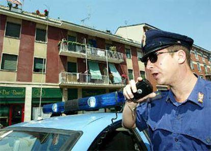 Un policía italiano vigila la casa de Milán donde fueron detenidos dos sospechosos del 11-M.