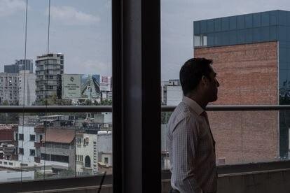 Rodrigo García, en las oficinas del Sindicato Nacional de Trabajadores del Sistema de Transporte Colectivo.