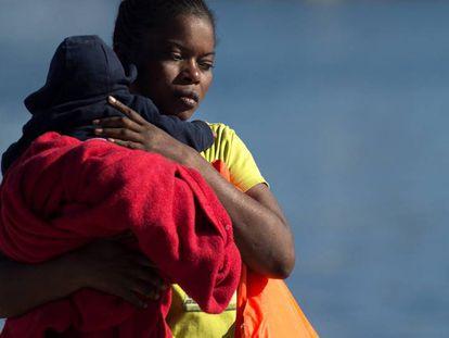 Una mujer desembarca en Málaga con un bebé tras ser rescatada por Salvamento Marítimo el pasado 23 de septiembre.