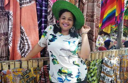 Yasmeen Helwani posa frente a una de las tiendas del mercado Green Butterfly que organiza en Accra desde hace una década.