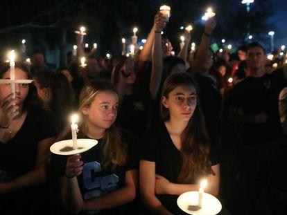 Estudiantes y familiares siguen una vigilia en Parkland por las víctimas del tiroteo en febrero de 2018.