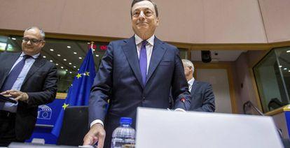 El presidente del Banco Central Europeo (BCE), Mario Draghi, en la Comisión de Asuntos Económicos del Parlamento Europeo, en Bruselas.