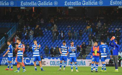 Jugadores del Deportivo tras la derrota de este domingo en Riazor.