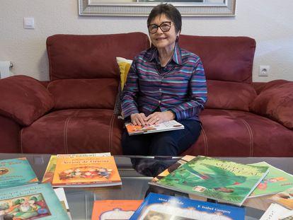 Isabel Campoy, en su casa de Alicante junto a sus libros de texto, en 2018.
