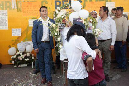 Hermanos de Fátima lloran frente a su ataúd durante el funeral.