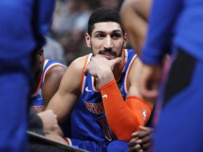 Kanter, en el banquillo de los Knicks durante un partido.