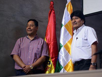 Luis Arce y Evo Morales durante una conferencia de prensa en Buenos Aires, Argentina, el 27 de enero de 2020.